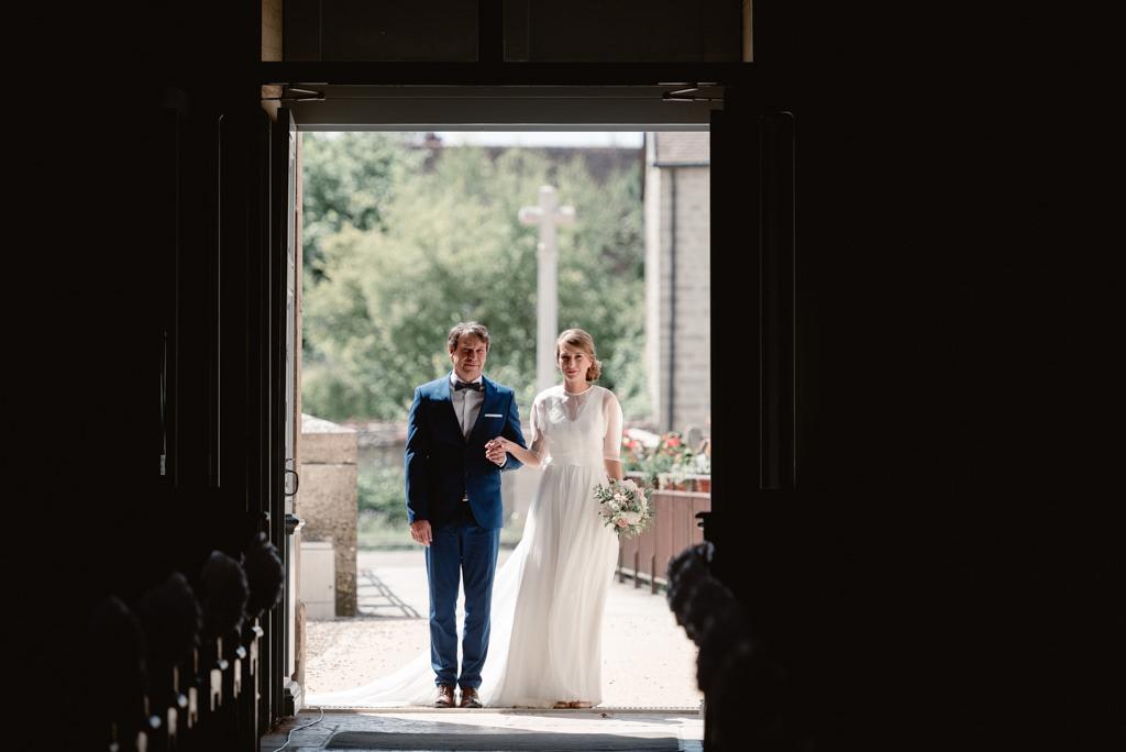 photographe mariage dijon bourgogne ceremonie eglise entree mariee